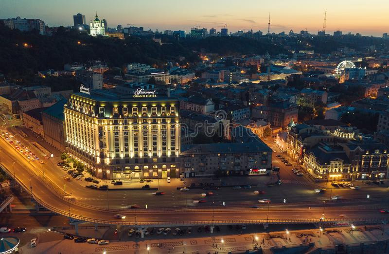 Hermosa vista del río de Dnieper, del cuadrado del poste, de la estación del río, del puente de La Habana y de la calle de Nabere imagen de archivo
