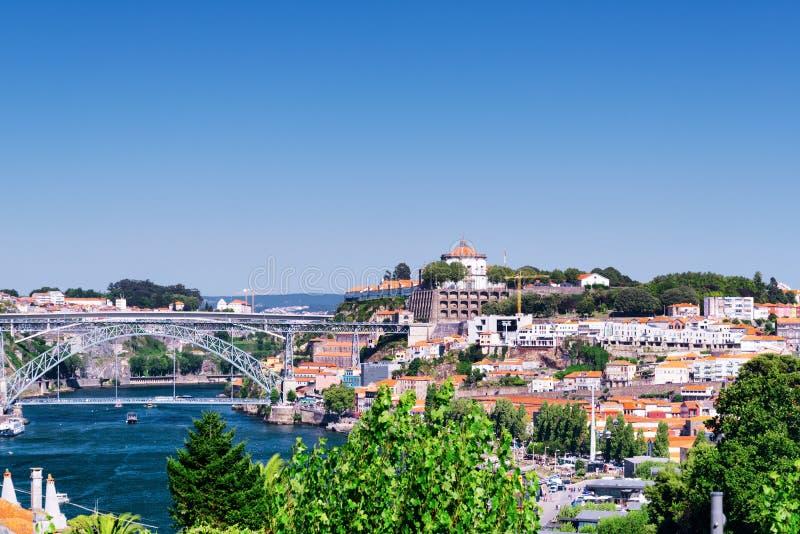 Hermosa vista del río del Duero y de Dom Luis Bridge con t fotografía de archivo