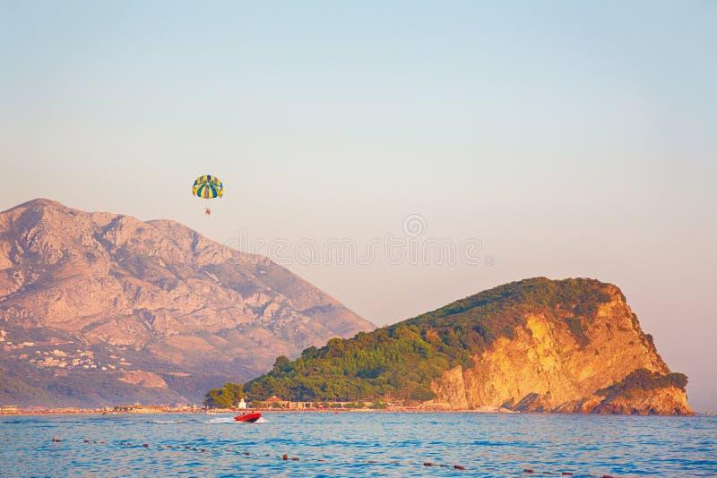 Hermosa vista del St Nicholas Island en Montenegro imagenes de archivo