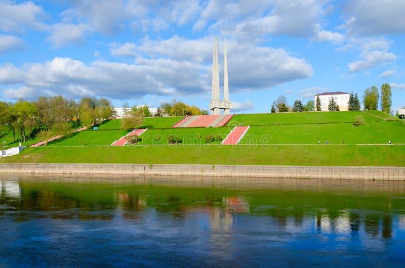 Hermosa vista del terraplén del río y de las bayonetas conmemorativas del complejo tres, Vitebsk, Bielorrusia de Zapadnaya Dvina fotos de archivo