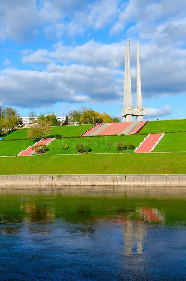 Hermosa vista del terraplén del río y de las bayonetas conmemorativas del complejo tres, Vitebsk, Bielorrusia de Zapadnaya Dvina fotografía de archivo