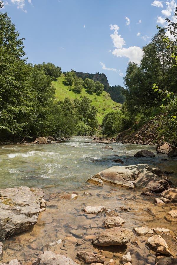 Hermosa vista del valle del ` de Khasaut del ` del río, valle de narzans, república cabardino-balcavia, la Federación Rusa Hermos fotografía de archivo