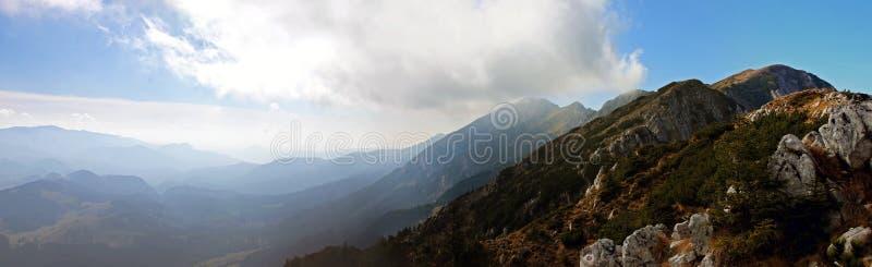 Hermosa vista desde arriba de la montaña en otoño fotografía de archivo libre de regalías