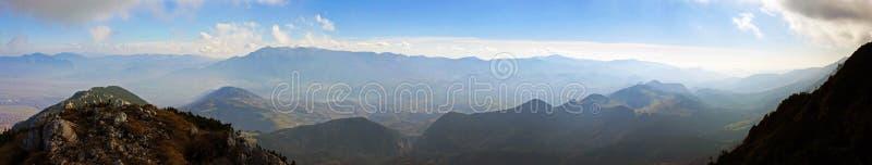 Hermosa vista desde arriba de la montaña en otoño imágenes de archivo libres de regalías