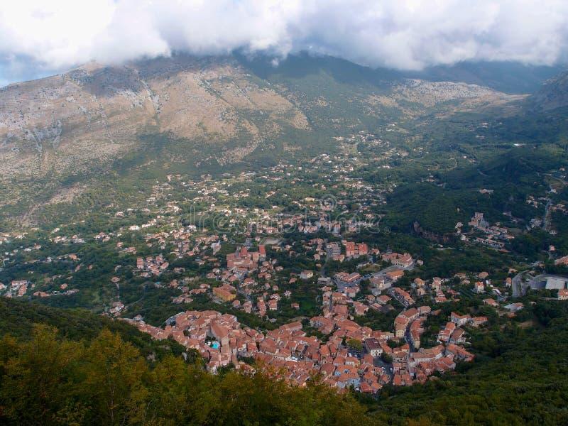 Hermosa vista desde arriba de la montaña a las pequeñas casas de Maratea en la garganta, Basilicata, Potenza, Italia foto de archivo