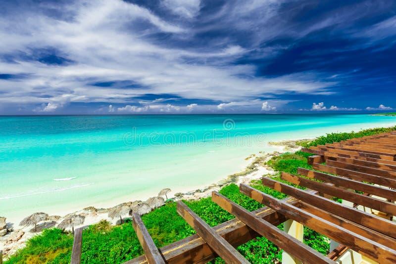 Hermosa vista desde arriba del tejado en la playa blanca tropical de la arena y del océano tranquilo de la oferta de la turquesa  imagenes de archivo