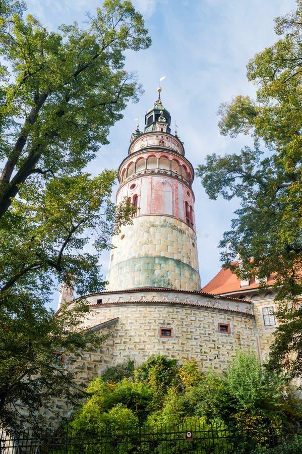 Hermosa vista a elevarse y castillo en Cesky Krumlov, República Checa imagenes de archivo