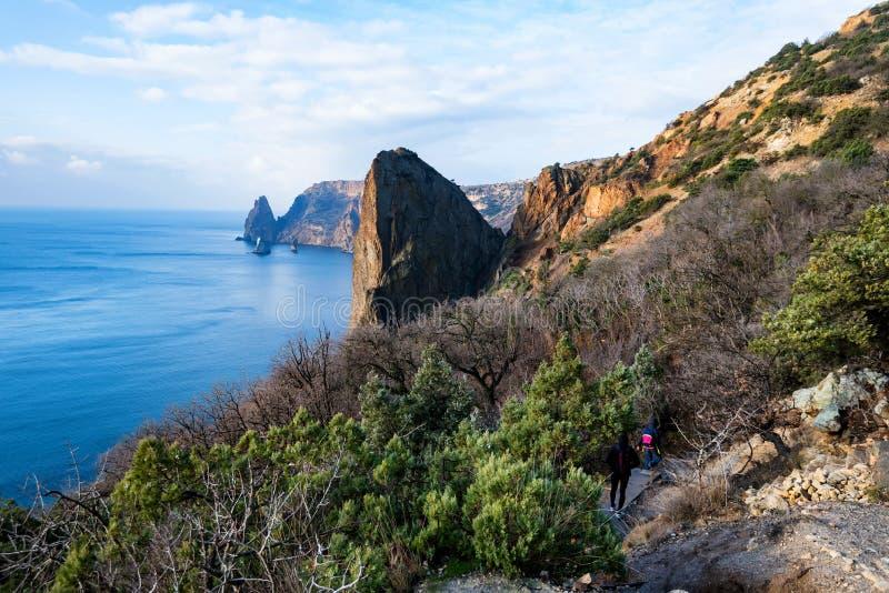 Hermosa vista en el cabo Fiolent y los caminantes en Sevastopol, Crimea imágenes de archivo libres de regalías