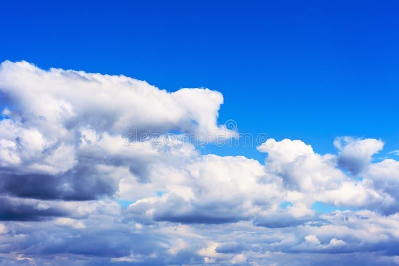Hermosa vista en el cielo azul y las nubes imagen de archivo