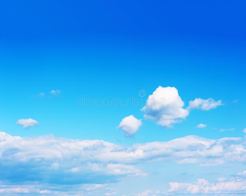 Hermosa vista en el cielo azul y las nubes fotos de archivo