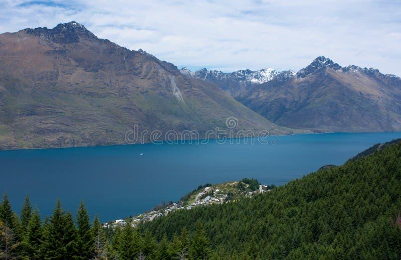Hermosa vista en el lago, los árboles y las montañas Wakatipu en el camino a Ben Lomond cerca de Queenstown en Nueva Zelanda imágenes de archivo libres de regalías