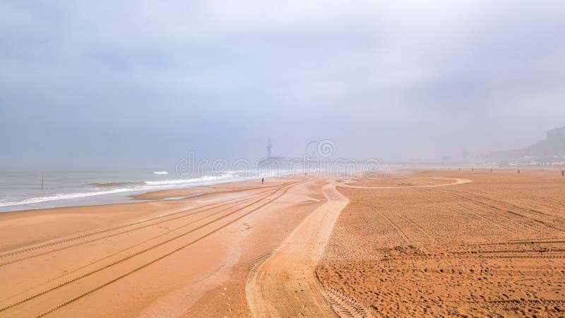 Hermosa vista en el ner Den Hague de la playa de Scheveningen en la niebla de la mañana, Holanda, Países Bajos imagenes de archivo