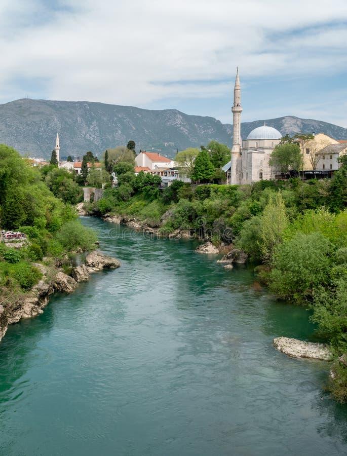 Hermosa vista en la ciudad de Mostar en el r?o de Neretva en Bosnia y Herzegovina imagen de archivo libre de regalías
