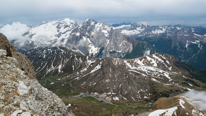 Hermosa vista en la montaña de Marmolada y paso Pordoi de Sella Dolom?as, Italia imagenes de archivo