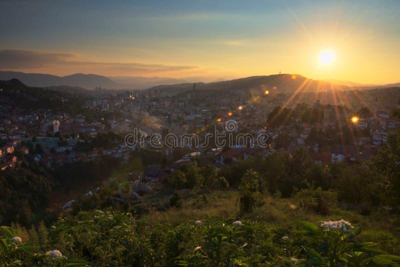 Hermosa vista en la puesta del sol en Sarajevo Desatención de la ciudad de una colina próxima foto de archivo