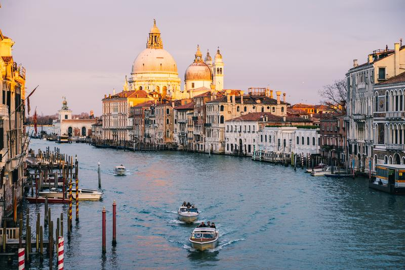 Hermosa vista en los di Santa Maria della Salute de la bas?lica en luz de igualaci?n de oro en la puesta del sol en Venecia, Ital fotografía de archivo