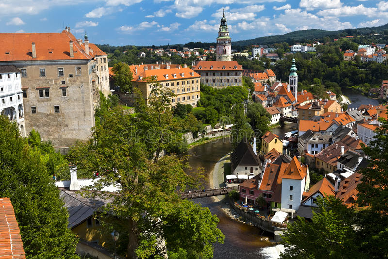 Hermosa vista a la iglesia y al castillo en Cesky Krumlov, República Checa imágenes de archivo libres de regalías