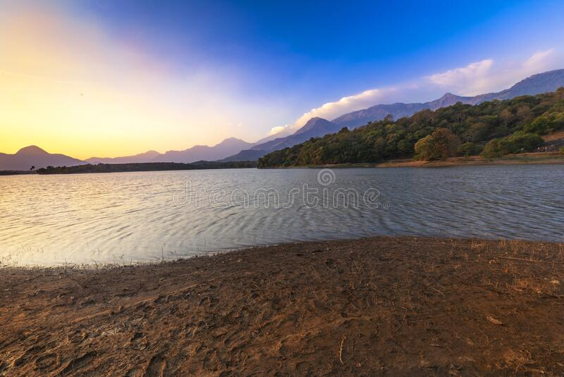 Hermosa vista natural en el embalse de Malampuzha, vista desde el punto de vista de Kava Palakkad, Kerala India imagen de archivo libre de regalías