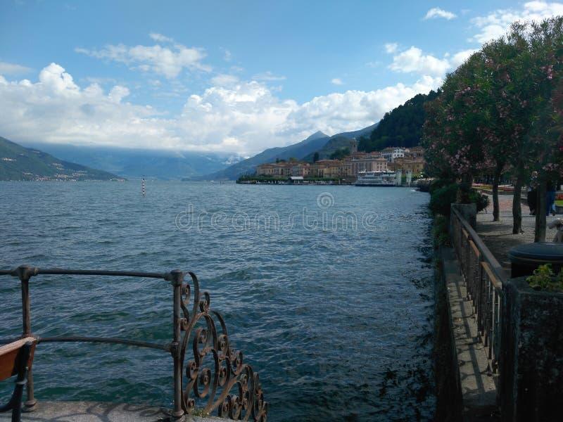 Hermosa vista, naturaleza asombrosa, montañas, agua fotografía de archivo libre de regalías