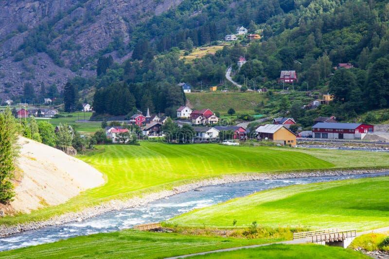 Hermosa vista por el Flam a la línea ferroviaria Noruega de Myrdal fotografía de archivo