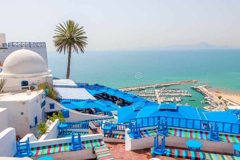 Hermosa vista sobre la playa y el pueblo azul blanco Sidi Bou Said, Túnez, África fotos de archivo