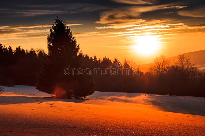 hermosa vista sobre un paisaje nevoso con una puesta del sol brillante imagenes de archivo