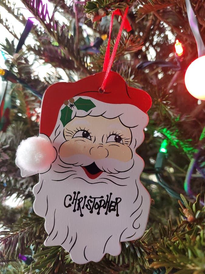 Hermosas fiestas de Navidad adornadas hoho santa decoraciones de árboles fotos de archivo