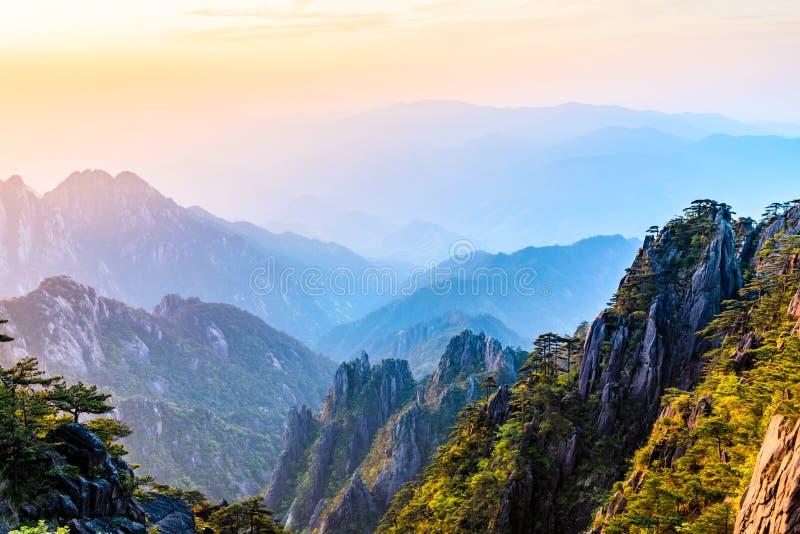 Hermosas montañas del Monte Huangshan imagenes de archivo