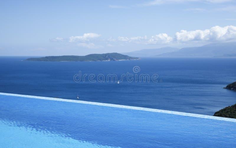 Hermosas vistas de la piscina del infinito por el mar fotos de archivo libres de regalías