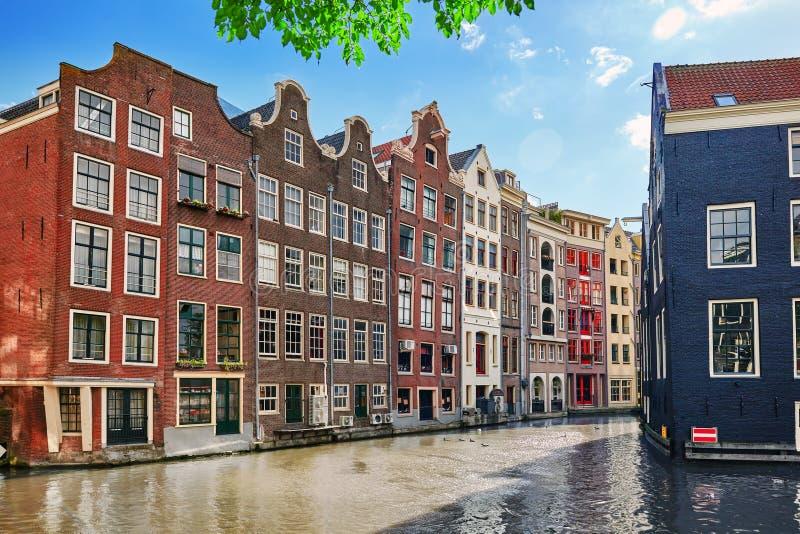 Hermosas vistas de las calles, edificios antiguos, gente, terraplénes de Amsterdam imagen de archivo libre de regalías