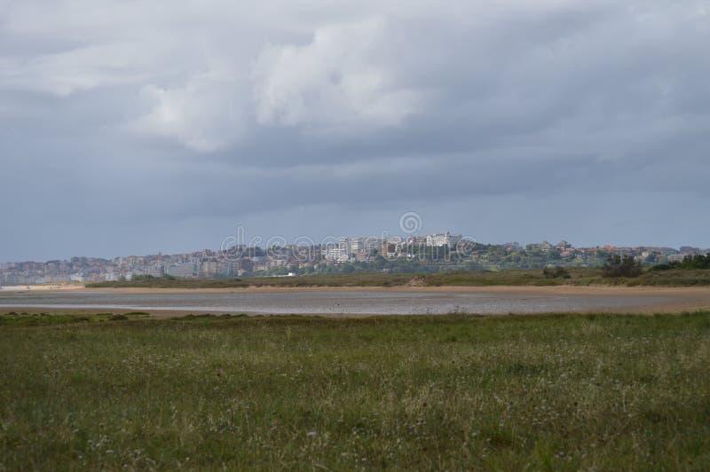 Hermosas vistas de los edificios de la ciudad vieja de la ciudad de Santander de la playa en Pedrena 24 de agosto de 2013 Somo, C foto de archivo