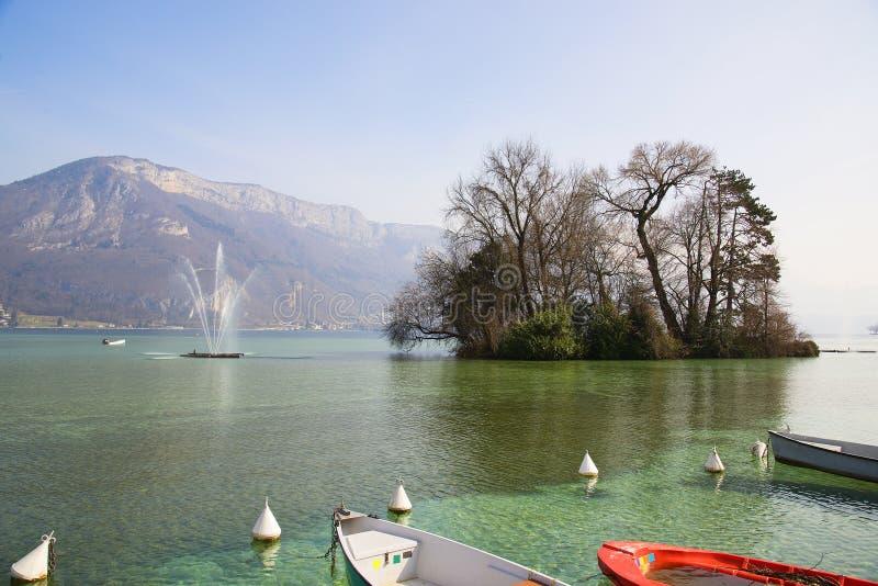 Hermosas vistas del lago Annecy en las montañas francesas, un día de primavera La ciudad de Annecy fotografía de archivo libre de regalías