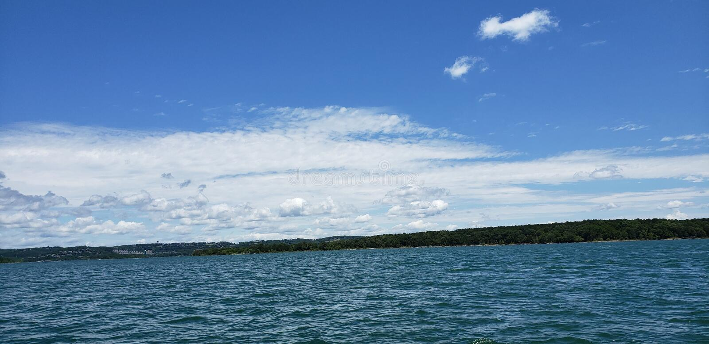 Hermosas vistas en el lago rock de la tabla fotografía de archivo libre de regalías