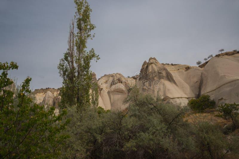 Hermosas vistas y panorama increíbles de las rocas de la montaña en otoño Valle blanco, Cappadocia, garganta Baydere, Turquía foto de archivo libre de regalías