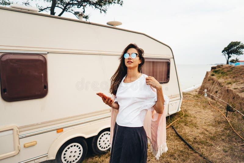 Hermoso, chica joven que presenta en un marinero salvaje de la playa en la furgoneta imagenes de archivo