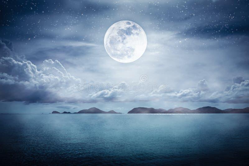 Hermoso cielo con super luna sobre el paisaje marino Antecedentes de la naturaleza de la serenidad imágenes de archivo libres de regalías