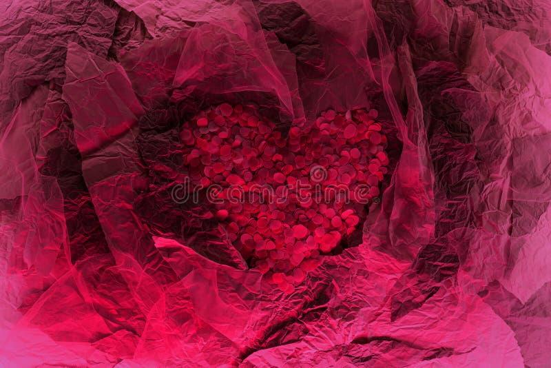 Hermoso corazón hecho de pétalos rojos en la composición de papel imagenes de archivo