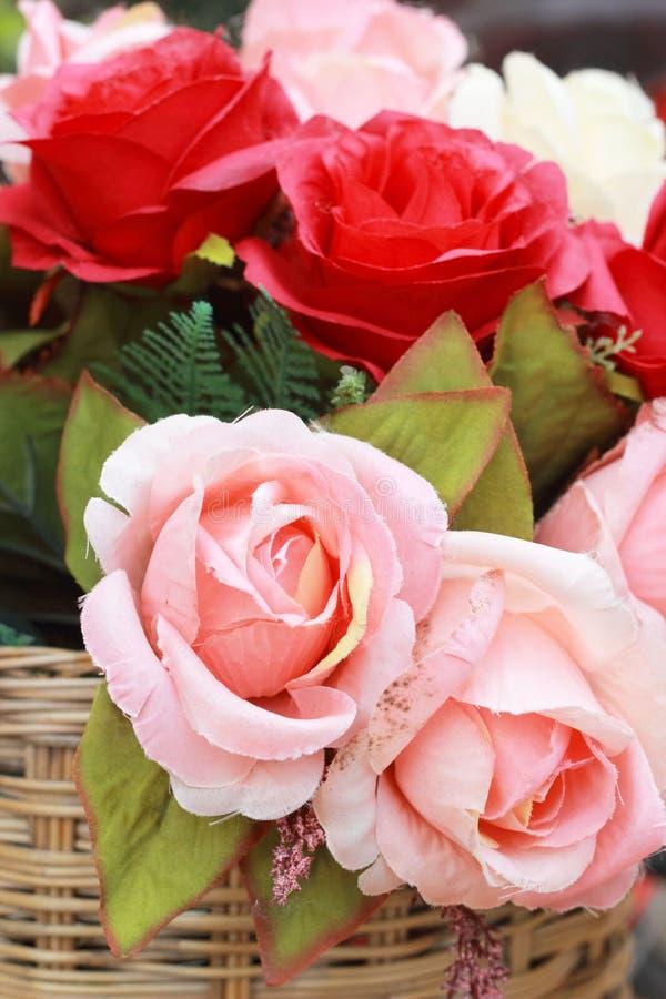Hermoso de las flores artificiales de la rosa imagenes de archivo