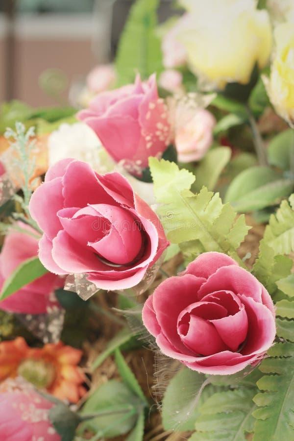 Hermoso de las flores artificiales de la rosa en jardín fotos de archivo