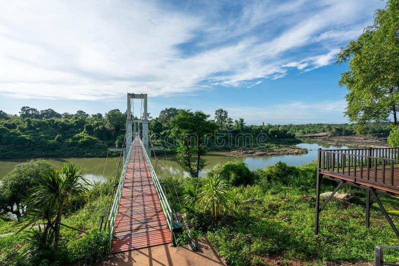 Hermoso de puente colgante más largo de la región del noreste en Tana Rapids National Park, Ubonratchatani, Tailandia fotografía de archivo libre de regalías