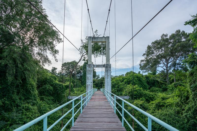 Hermoso de puente colgante más largo de la región del noreste en Tana Rapids National Park, Ubonratchatani, Tailandia foto de archivo libre de regalías