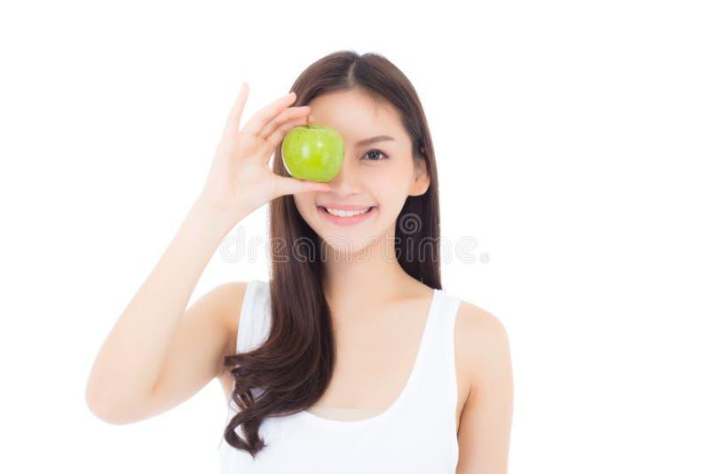 Hermoso de sonrisa asiática joven de la mujer del retrato y de sostener la fruta verde de la manzana con forma del corazón fotografía de archivo libre de regalías