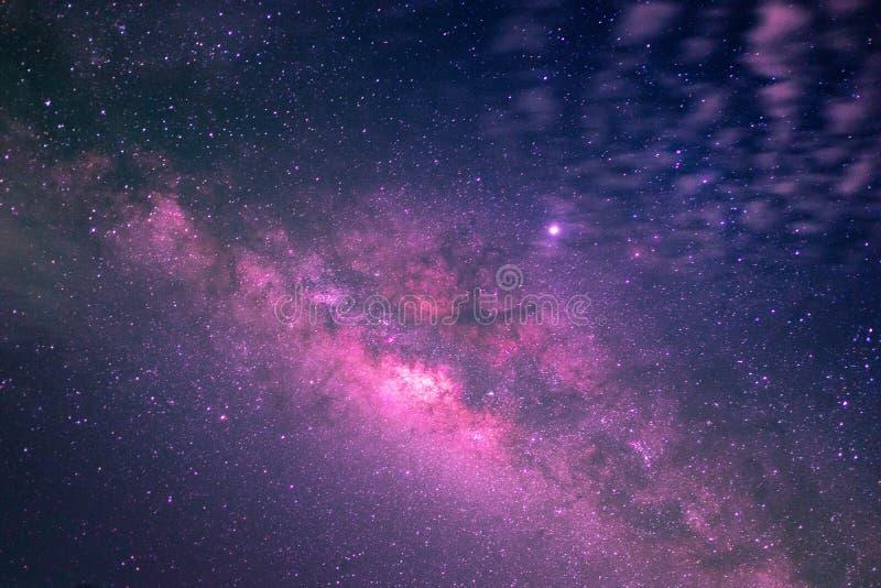 Hermoso de vía láctea en cielo nocturno imagenes de archivo