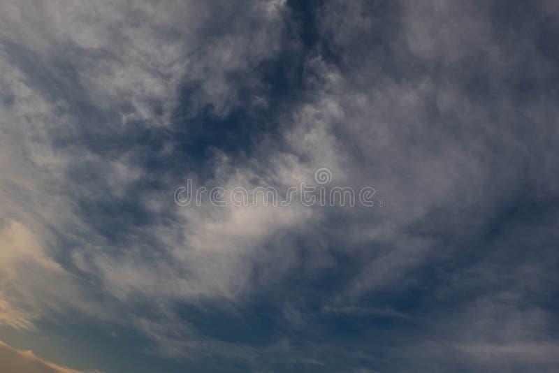 Hermoso del fondo de la nube de cirrocúmulo abstracta y del cielo azul para el pronóstico y el concepto de la meteorología imagen de archivo