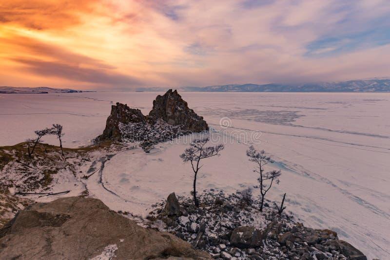 Hermoso después de cielo de la puesta del sol sobre el lago Baikal congelado, isla de Oltrek foto de archivo libre de regalías