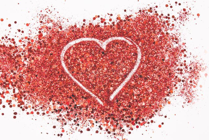 Hermoso dibujando un corazón en un fondo de los brillos Concepto del amor imagen de archivo libre de regalías