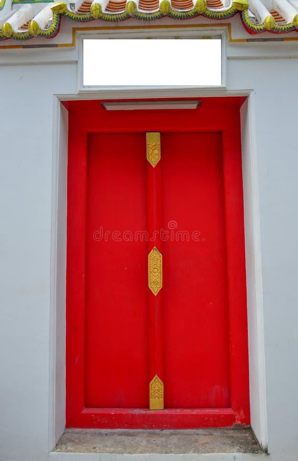 Hermoso diseño de puerta roja de madera imagenes de archivo