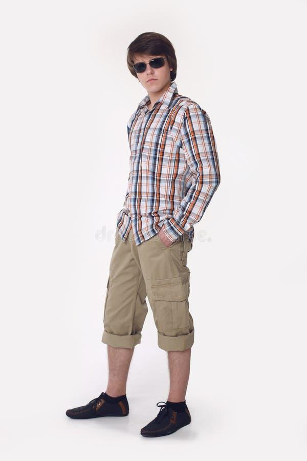 Hermoso en estilo Hombre joven en la ropa de sport elegante que mira la leva imagen de archivo libre de regalías