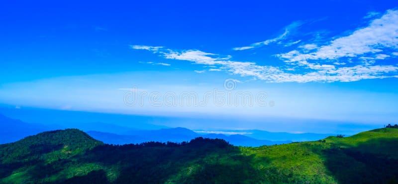 Hermoso fondo azul sobre montañas con nublado blanco en la mañana en Phu Soi Dao, Uttaradit al norte de Tailandia foto de archivo