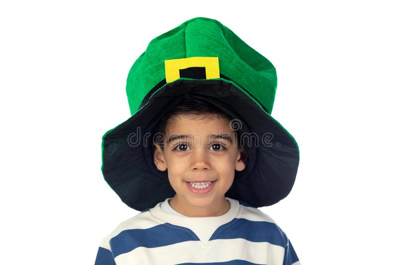 Hermoso niño con un gran sombrero verde fotografía de archivo